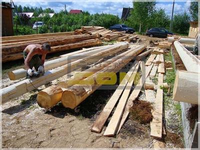 Острожка бревен для строительства дома
